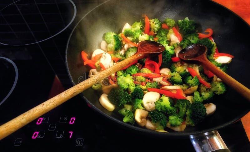 在铁锅平底锅的菜鸡混乱油炸物 免版税库存照片