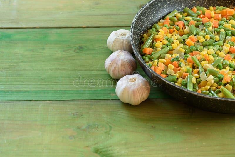 在铁锅油煎的菜的混合 库存图片