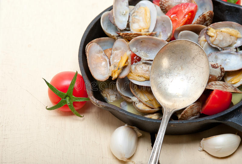 在铁长柄浅锅的新鲜的蛤蜊 图库摄影