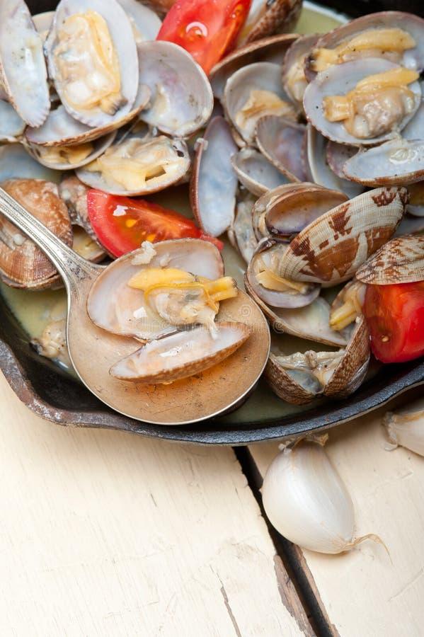 在铁长柄浅锅的新鲜的蛤蜊 免版税图库摄影