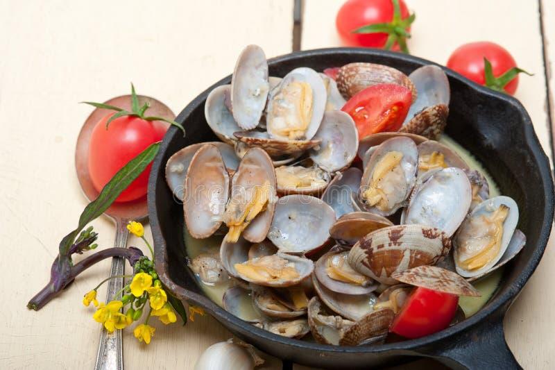在铁长柄浅锅的新鲜的蛤蜊 库存图片