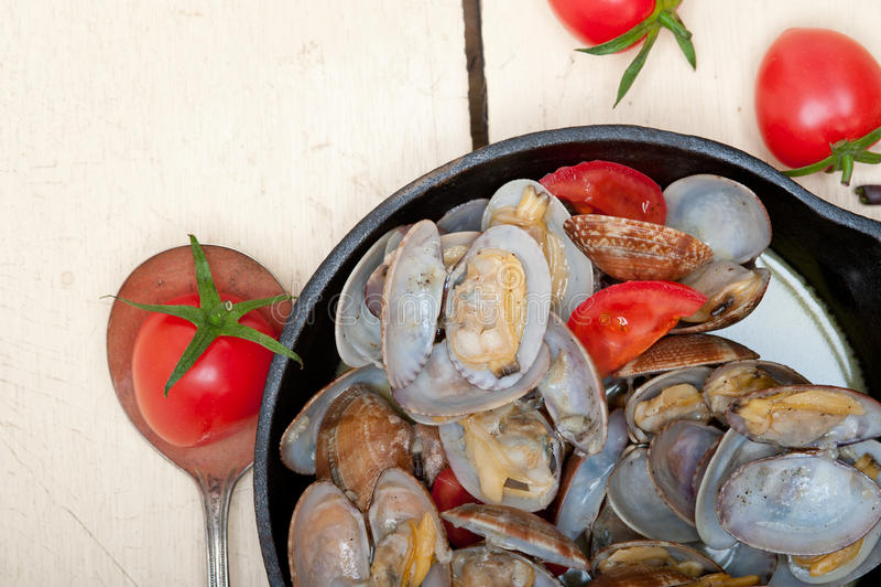 在铁长柄浅锅的新鲜的蛤蜊 免版税库存图片