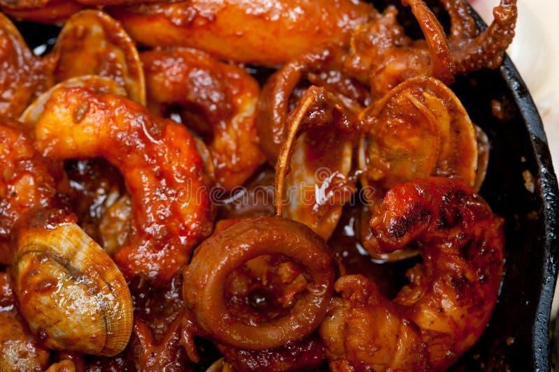 在铁长柄浅锅的新鲜的seafoos炖煮的食物 库存图片