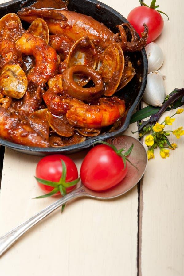 在铁长柄浅锅的新鲜的seafoos炖煮的食物 免版税库存图片