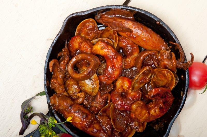 在铁长柄浅锅的新鲜的seafoos炖煮的食物 免版税库存照片