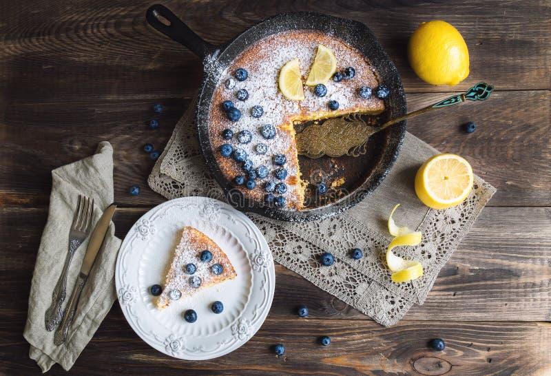 在铁长柄浅锅的自创柠檬饼 免版税库存照片