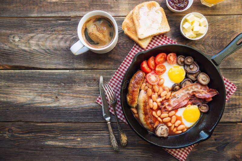 在铁长柄浅锅的英式早餐 库存图片