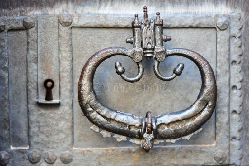 在铁门的古老通道门环 库存图片