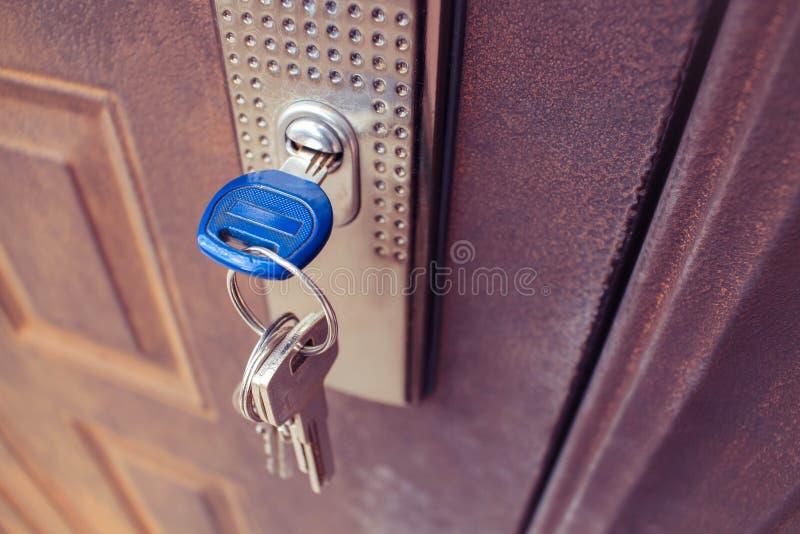 在铁门的锁的钥匙 库存图片