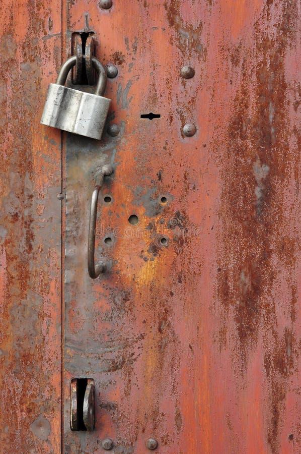 在铁门的锁 库存图片