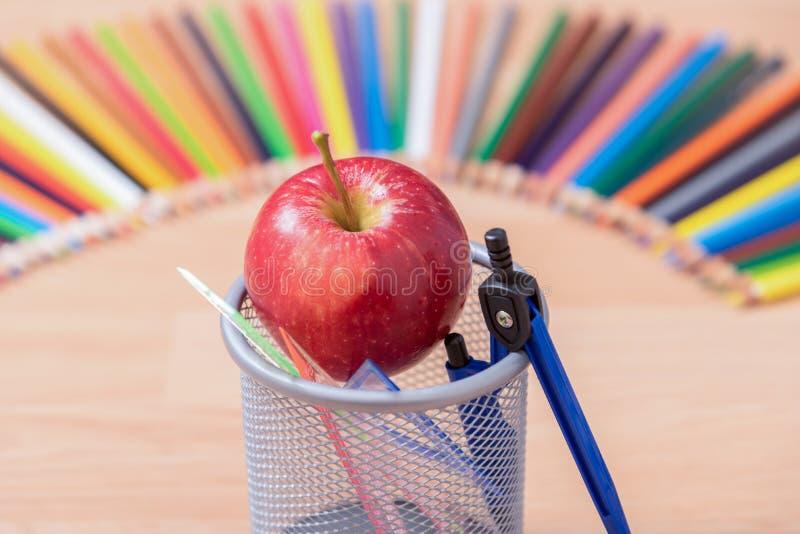 在铅笔盒,教育想法概念的一个苹果 免版税库存照片