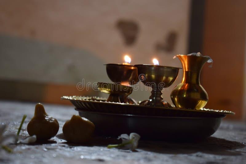 在铜版安置的传统光用于仪式 免版税库存图片