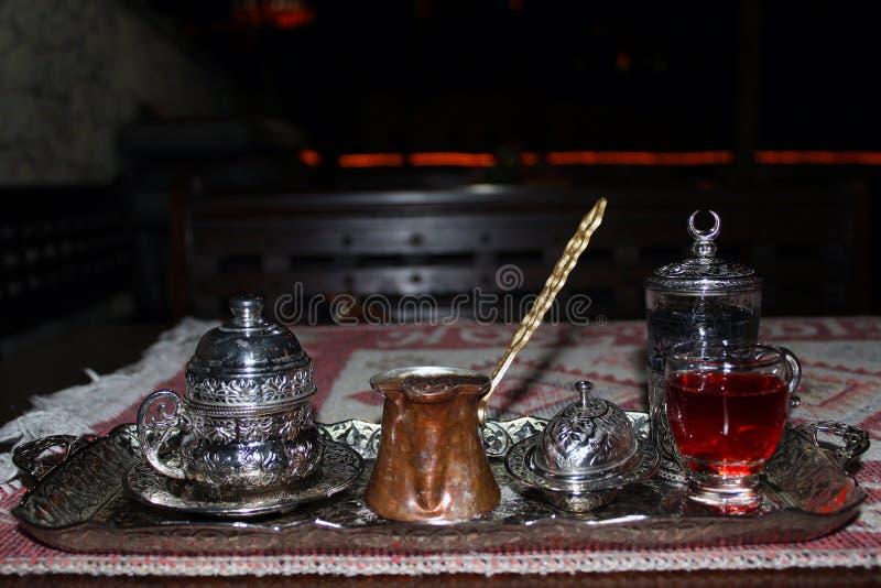在铜的土耳其咖啡在晚上 库存图片