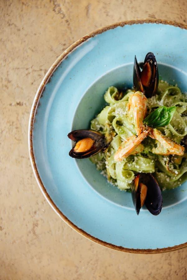 在铜碗的贝类淡菜用柠檬和草本 贝类海鲜 免版税库存图片