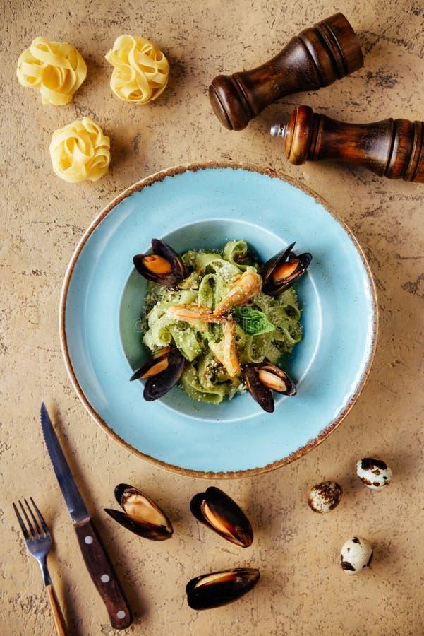 在铜碗的贝类淡菜用柠檬和草本 贝类海鲜 免版税库存照片