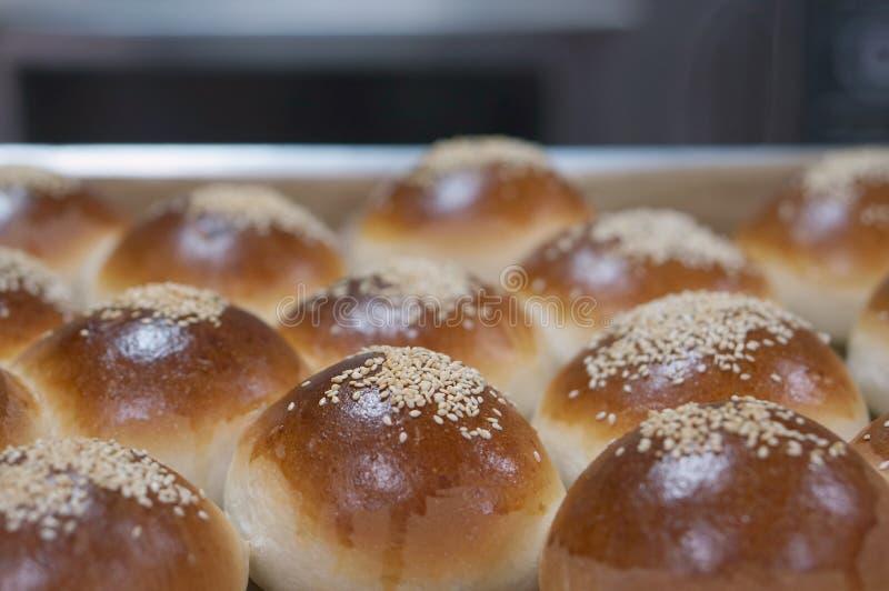 在铝盘子的圆的三明治小圆面包 免版税库存图片