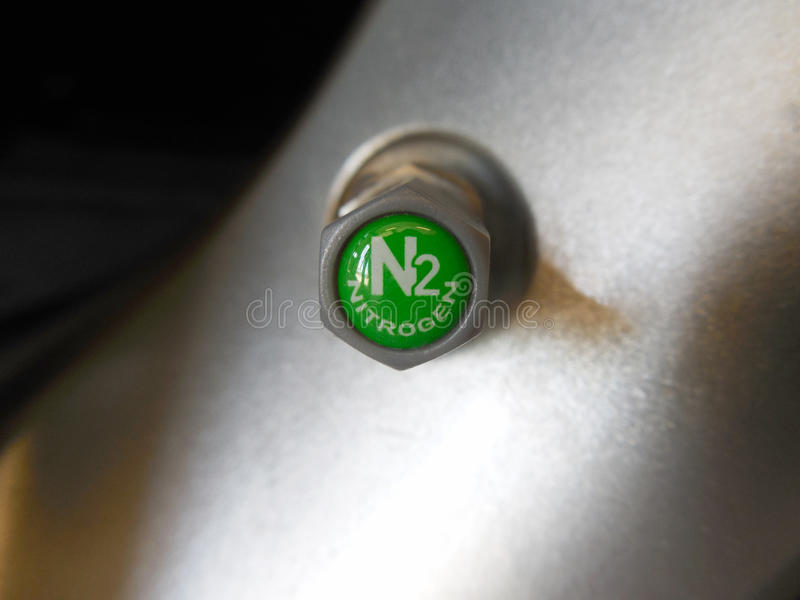 在铝TPMS传感器的灰色TPMS安全氮气气门盖 库存照片