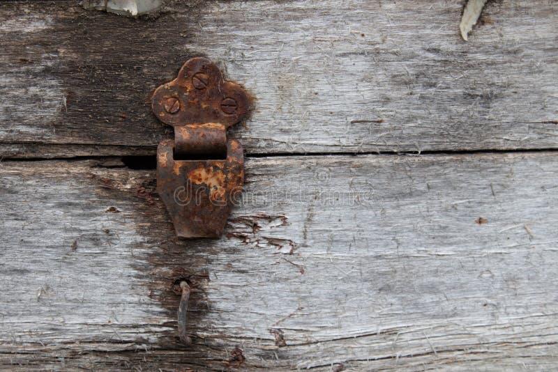 在铰链箱子的老多灰尘的土气铰链在难看的东西纹理背景 古色古香的木胸口 库存图片