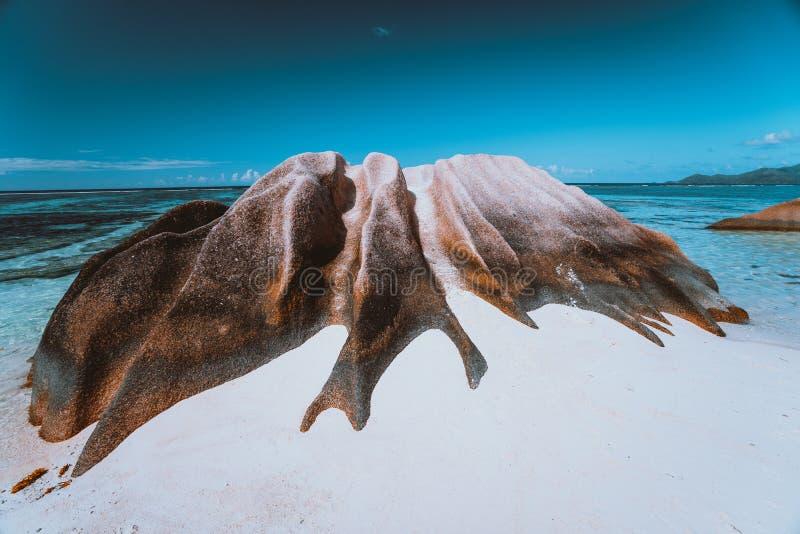在银热带海滩昂斯市的来源d'拉迪格岛,塞舌尔附近的最著名的花岗岩冰砾 免版税图库摄影