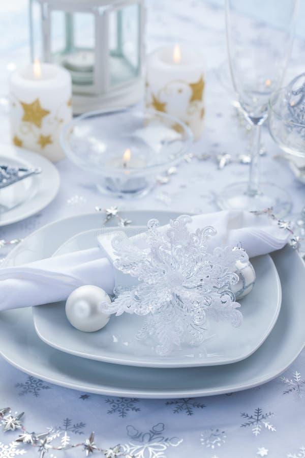 在银的圣诞节的餐位餐具和白色 库存照片