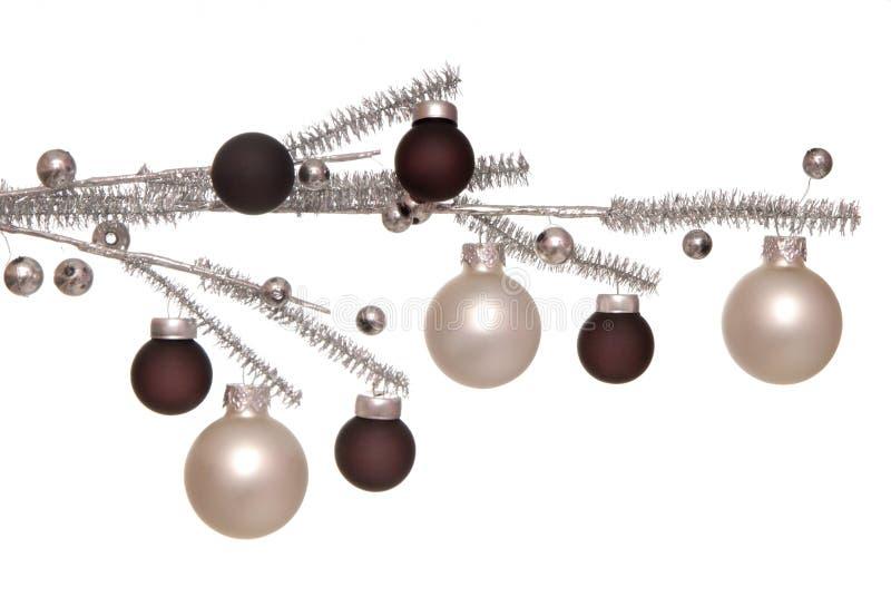 在银色分支的圣诞节树球。 免版税库存图片