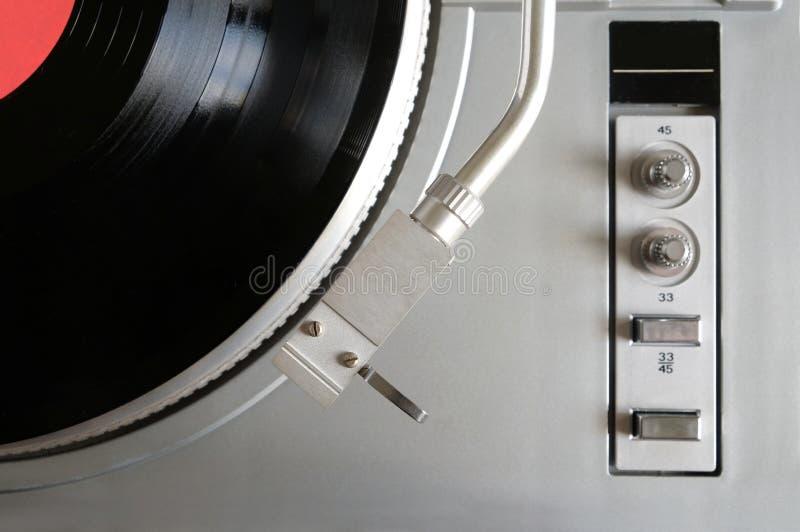 在银色案件的转盘与唱片有红色标签顶视图 库存照片