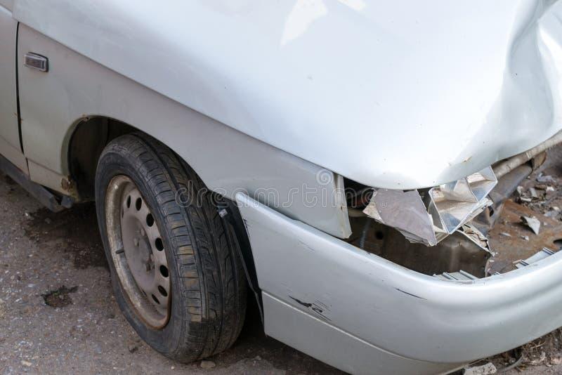 在银色汽车的残破的车灯 库存图片