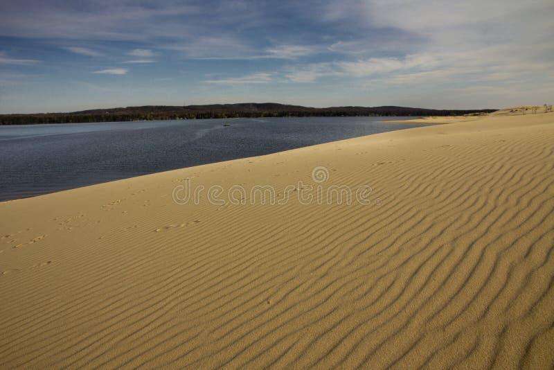 在银色湖旁边的沙丘 免版税图库摄影
