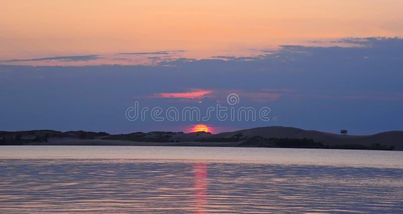 在银色湖的9月日落 库存图片