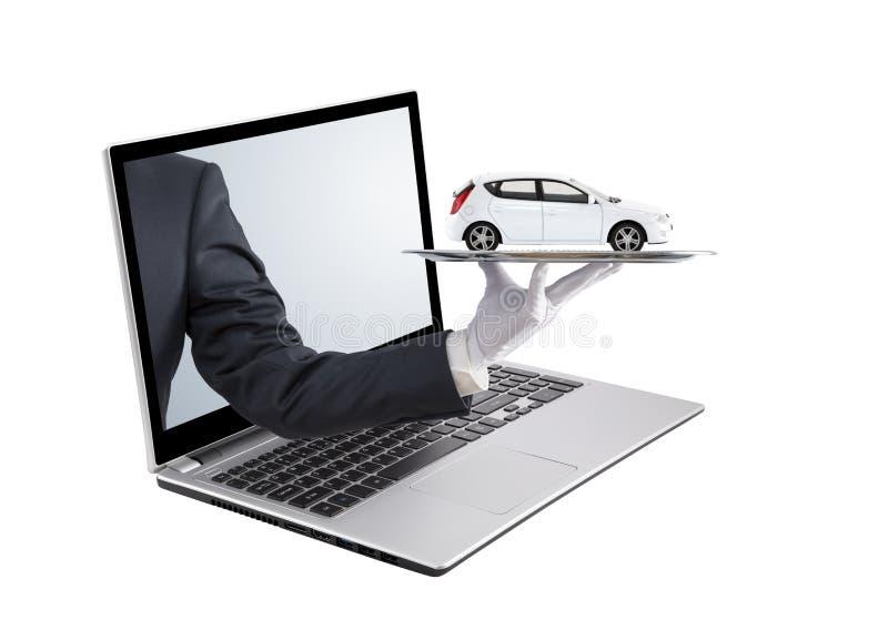 在银色盘子的商人提供的白色汽车在膝上型计算机屏幕外面 库存图片