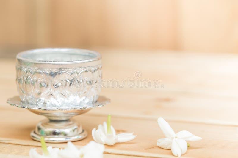 在银色盘子的茉莉花花 免版税库存照片
