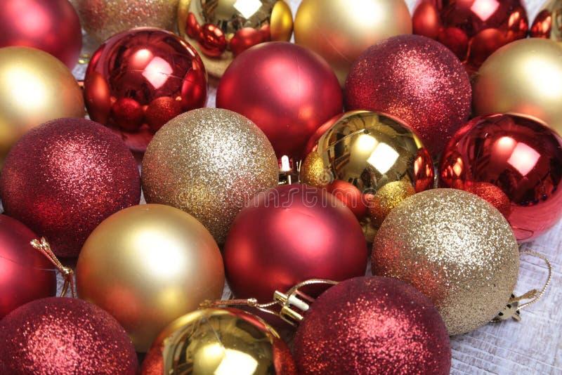 在银色背景隔绝的圣诞节红色球 免版税图库摄影