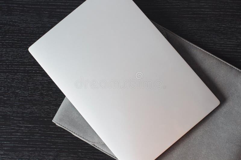 在银色膝上型计算机的顶视图有灰色盒的 库存照片