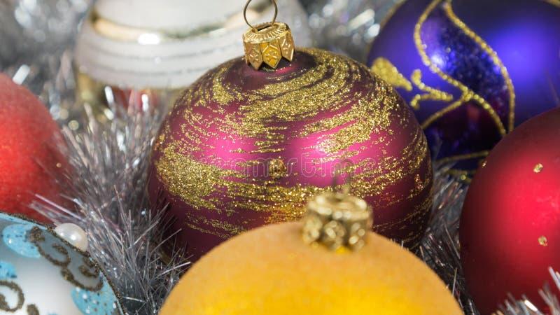 在银色闪亮金属片背景的圣诞节球 有圣诞节闪亮金属片的圣诞节玩具 圣诞节装饰生态学木 免版税图库摄影