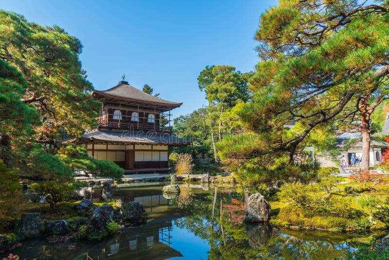 在银色Pavillion Ginkakuji寺庙的美好的建筑学 免版税库存图片