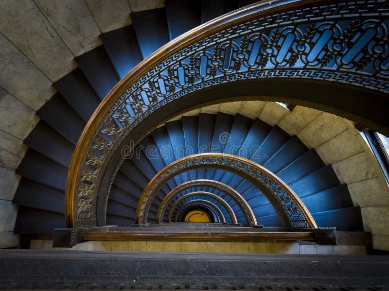 在银行塔匹兹堡宾夕法尼亚的螺旋形楼梯 免版税库存照片