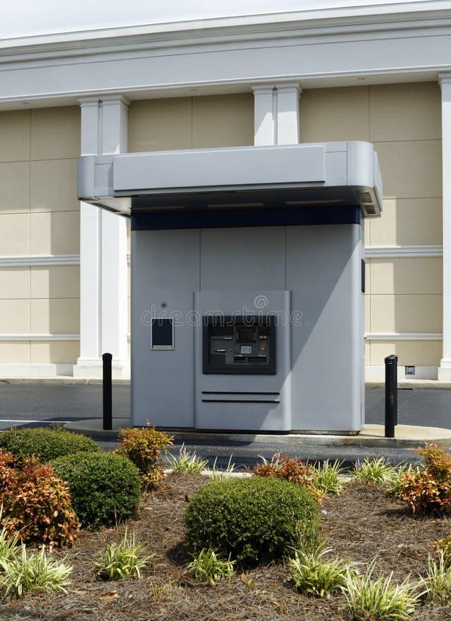 在银行旁边的驱动ATM机器 库存图片