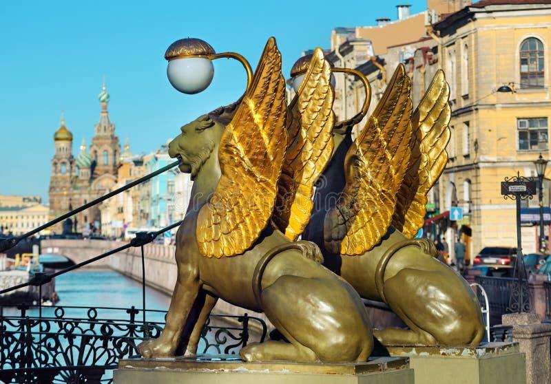 Download 在银行桥梁,圣彼德堡,俄罗斯的新来的人 库存照片. 图片 包括有 金黄, 俄国, 新来的人, 雕象, 救主 - 72369290