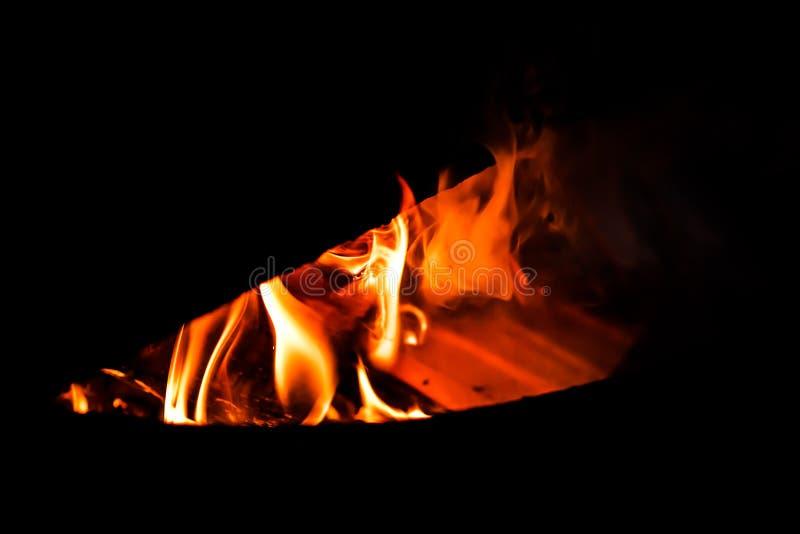 在铸铁烤箱的灼烧的火 免版税图库摄影