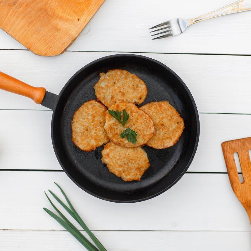在铸铁煎锅的可口土豆薄烤饼与 库存图片