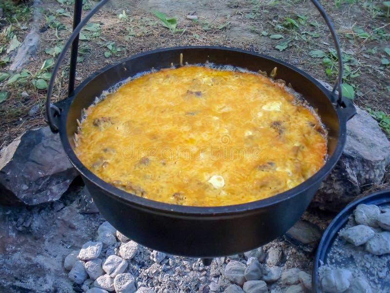 在铸铁荷兰烘箱的早餐 图库摄影