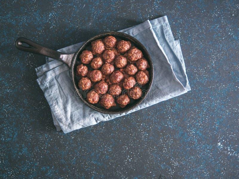在铸铁长柄浅锅的自创牛肉丸子 免版税库存图片