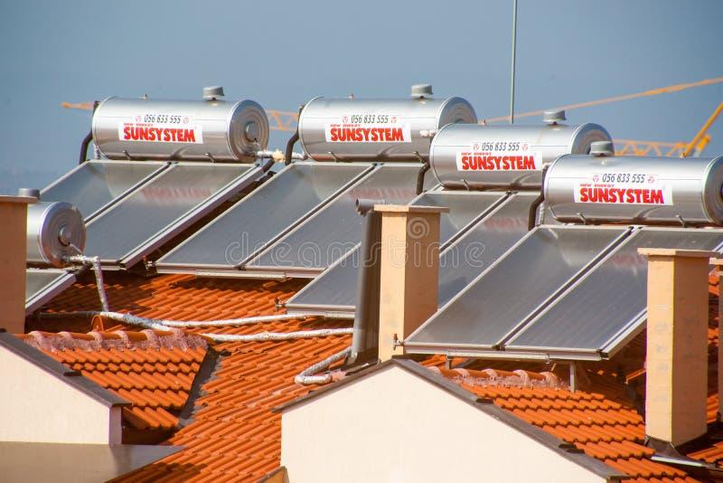 在铺磁砖的屋顶的太阳水加热器在波摩莱,保加利亚 图库摄影
