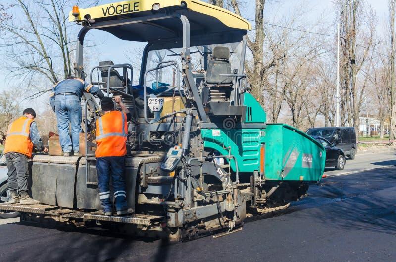 在铺,基辅,乌克兰的道路施工工作 免版税库存图片