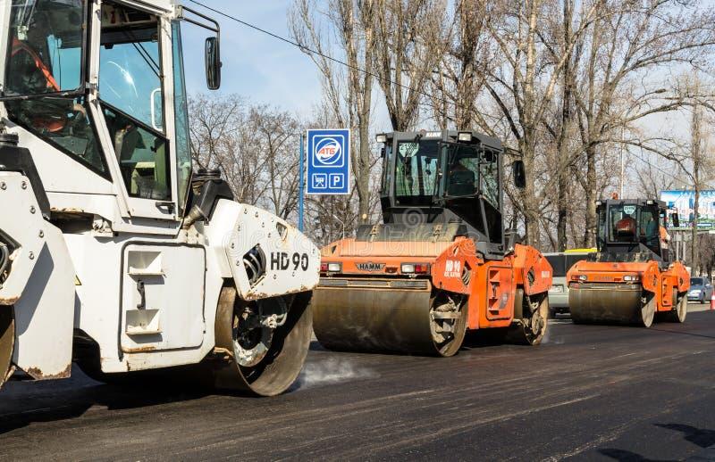 在铺,基辅,乌克兰的道路施工工作 库存图片