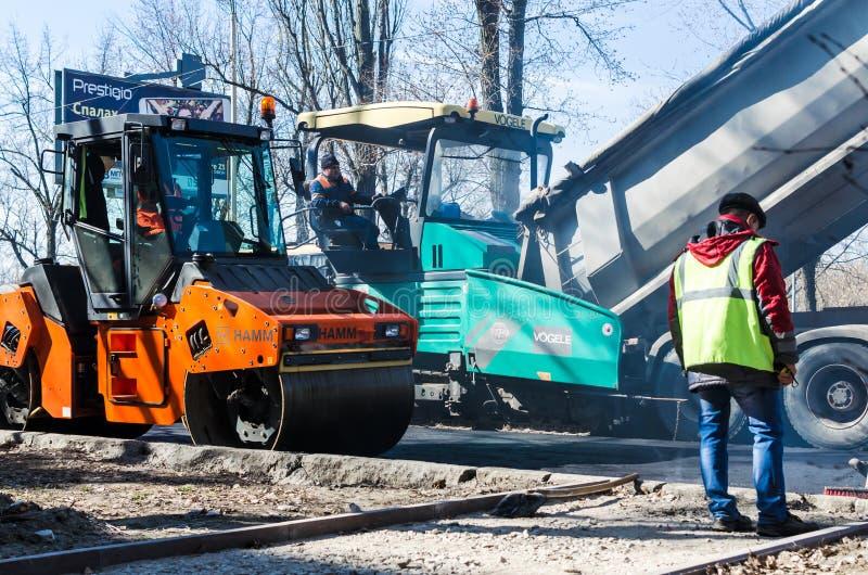 在铺,基辅,乌克兰的道路施工工作 免版税库存照片