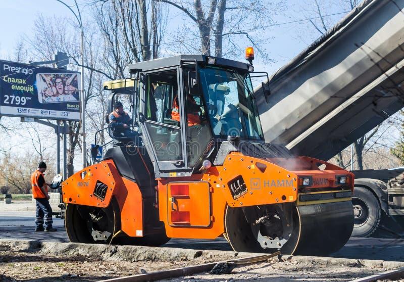 在铺,基辅,乌克兰的道路施工工作 免版税图库摄影