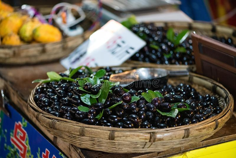 在销售中的中国李子在市场上 免版税库存图片
