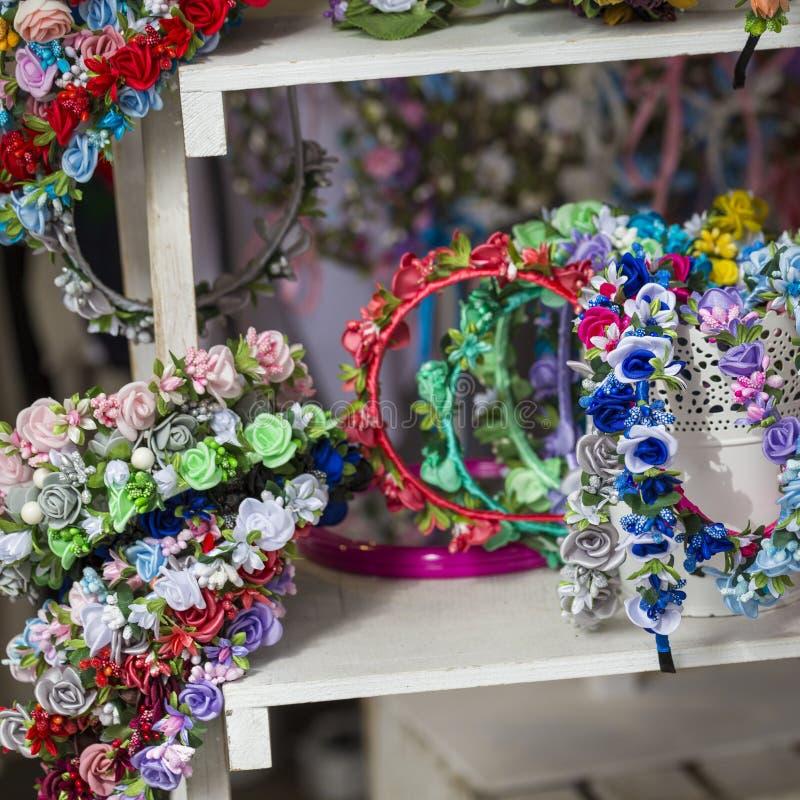 在销售中的五颜六色的传统花花圈在地方市场上 库存照片