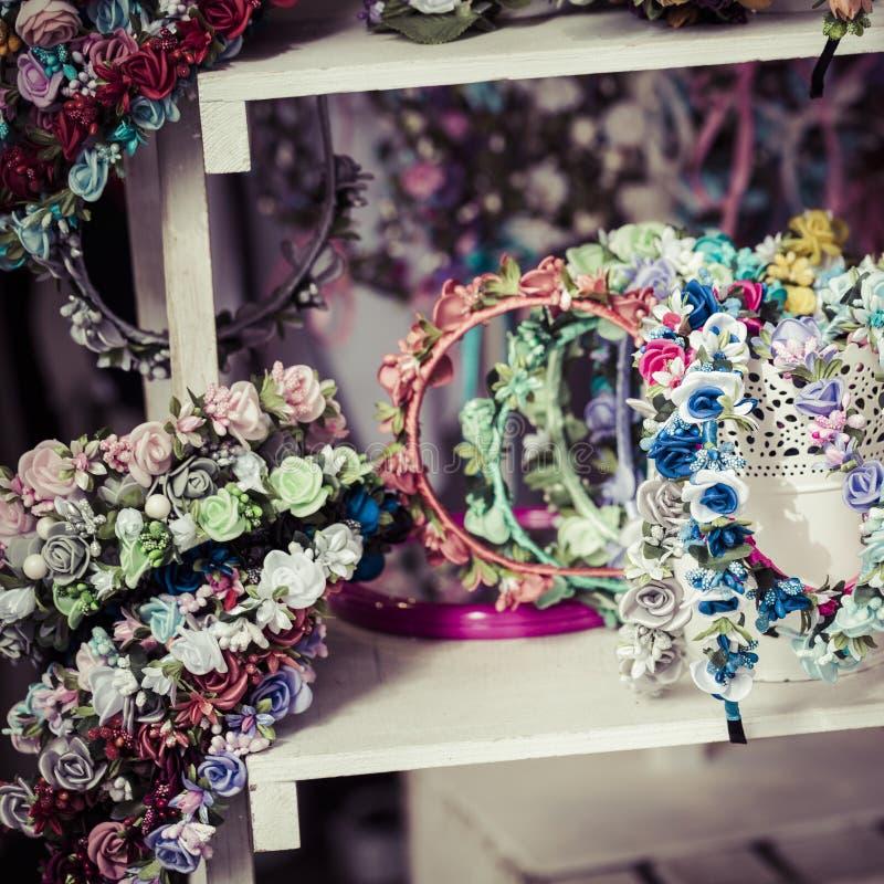 在销售中的五颜六色的传统花花圈在地方市场上 库存图片